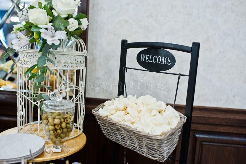 Άσπρα τσιπ με τις ελιές στη δεξίωση γάμου στοκ εικόνα με δικαίωμα ελεύθερης χρήσης