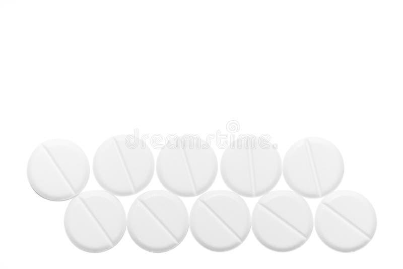 Άσπρα χάπια που απομονώνονται στο άσπρο υπόβαθρο στενό χρωμάτων ύδωρ όψης κρίνων μαλακό επάνω ιατρικό optometrist ματιών διαγραμμ στοκ φωτογραφία