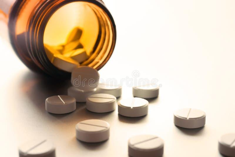 Άσπρα χάπια στο μπουκάλι στοκ φωτογραφίες με δικαίωμα ελεύθερης χρήσης