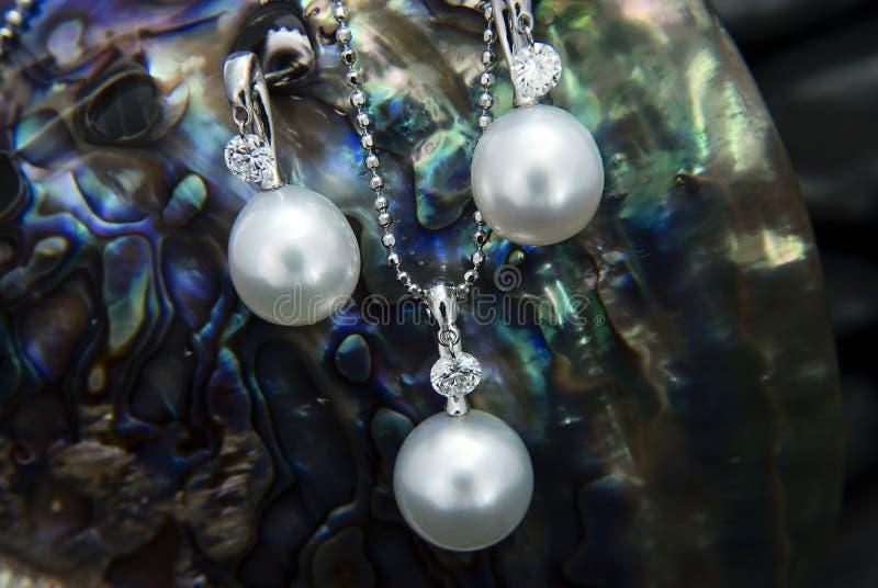 Άσπρα χρυσά κρεμαστό κόσμημα και σκουλαρίκια με τα μαργαριτάρια νότιας θάλασσας και diamon στοκ φωτογραφία με δικαίωμα ελεύθερης χρήσης