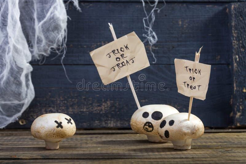 Άσπρα champignons με τα ραβδιά αποκριών στοκ φωτογραφία