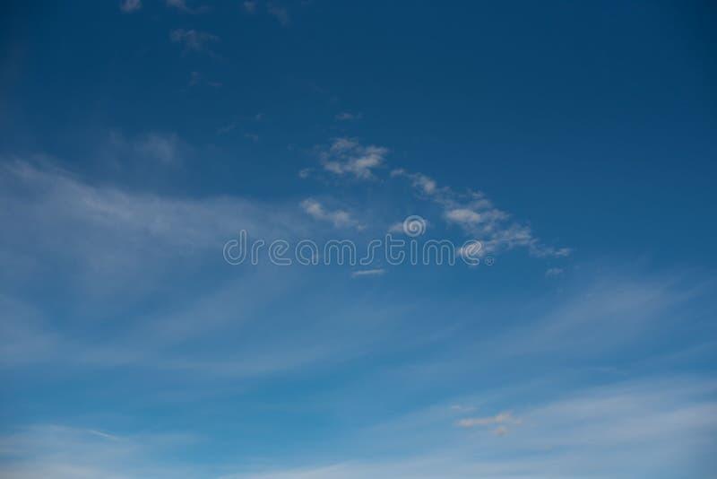 Άσπρα cirrus σύννεφα ενάντια σε έναν μπλε ουρανό στοκ εικόνες
