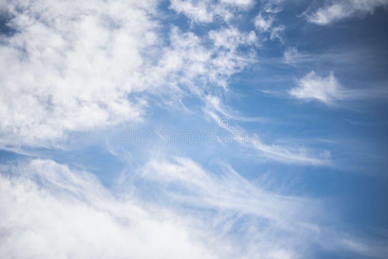 Άσπρα cirrus σύννεφα ενάντια στο μπλε ουρανό χνουδωτά σύννεφα στοκ εικόνες με δικαίωμα ελεύθερης χρήσης