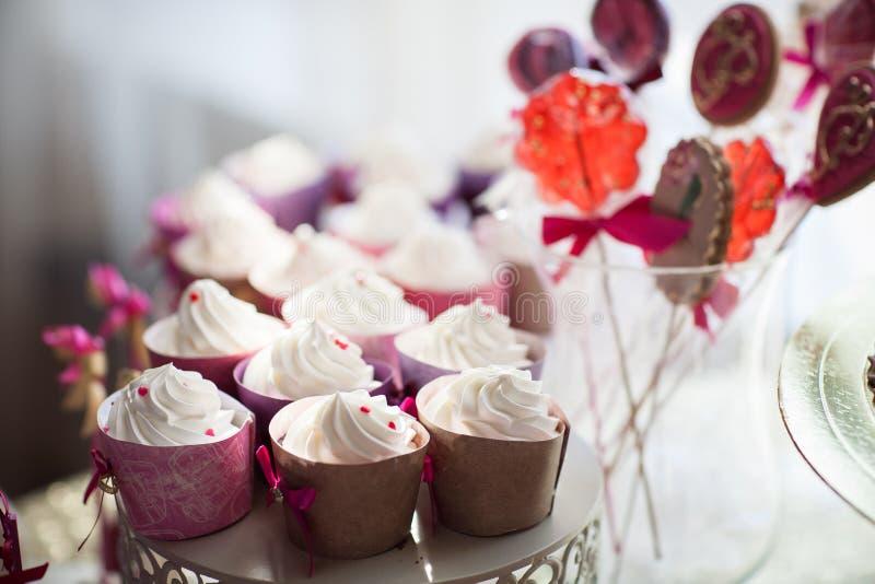 Άσπρα cupcakes σε ένα πιάτο στοκ φωτογραφίες με δικαίωμα ελεύθερης χρήσης