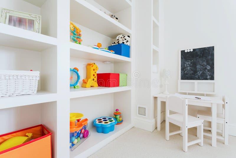 Άσπρα furnitures στο δωμάτιο παιδιών στοκ φωτογραφία με δικαίωμα ελεύθερης χρήσης