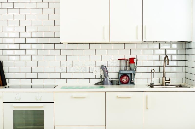 Άσπρα minimalistic εσωτερικό και σχέδιο κουζινών Υπόβαθρο τοίχων κεραμιδιών Οικιακές συσκευές - μπλέντερ, κενή μηχανή στοκ εικόνες με δικαίωμα ελεύθερης χρήσης