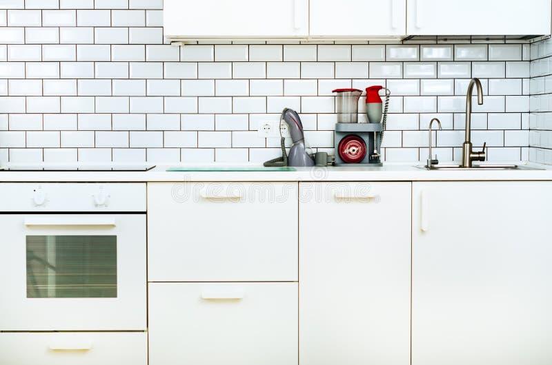 Άσπρα minimalistic εσωτερικό και σχέδιο κουζινών Υπόβαθρο τοίχων κεραμιδιών Οικιακές συσκευές - μπλέντερ, κενή μηχανή στοκ εικόνες