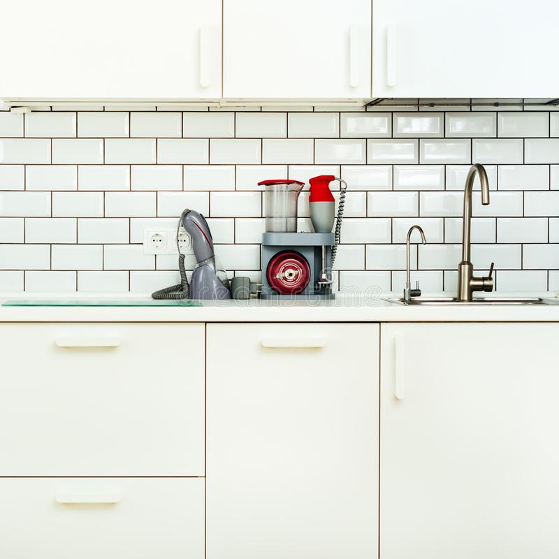 Άσπρα minimalistic εσωτερικό και σχέδιο κουζινών Υπόβαθρο τοίχων κεραμιδιών Οικιακές συσκευές - μπλέντερ, κενή μηχανή στοκ φωτογραφίες