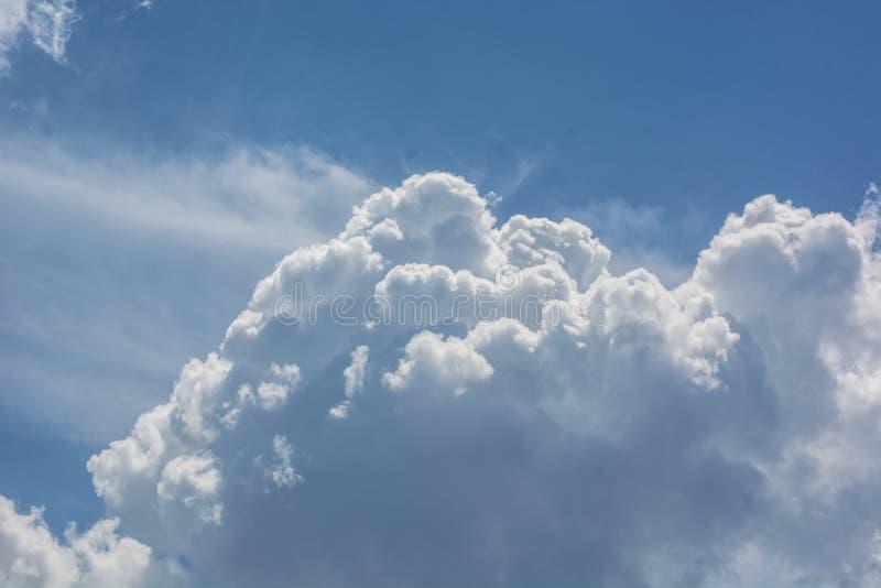 Άσπρα pillowy σύννεφα στο μπλε ουρανό στοκ εικόνα με δικαίωμα ελεύθερης χρήσης