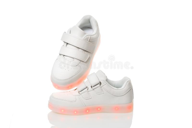 Άσπρα sneackers με το οδηγημένο ελαφρύ πέλμα στοκ φωτογραφία με δικαίωμα ελεύθερης χρήσης