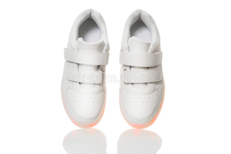 Άσπρα sneackers με το οδηγημένο ελαφρύ πέλμα στοκ εικόνες με δικαίωμα ελεύθερης χρήσης