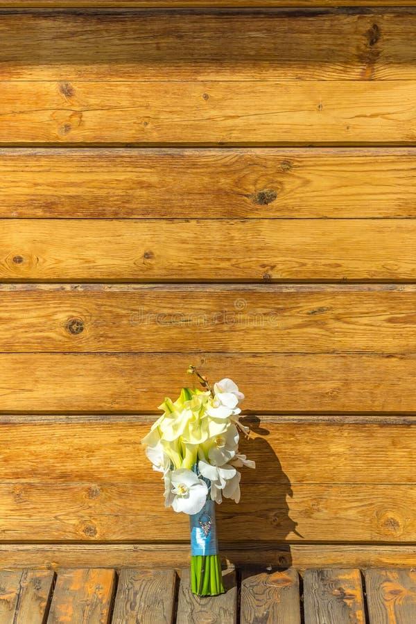 Άσπρες γαμήλιες calla και ορχιδέα bouqet στοκ εικόνες