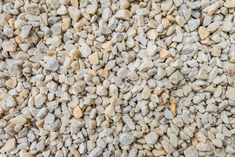 Άσπρες διακοσμητικές συντριμμένες πέτρες για το σχέδιο τοπίων, τους κήπους εξωραϊσμού διακοσμήσεων και τα πάρκα στοκ φωτογραφίες
