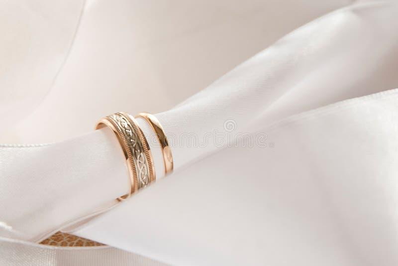 Άσπρες διακοσμήσεις με τα χρυσά δαχτυλίδια στοκ εικόνες