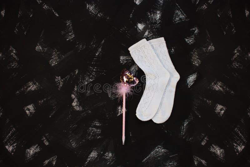 Άσπρες κάλτσες και σχολικές προμήθειες στο μαύρο υπόβαθρο Πίσω στο σχολικό έμβλημα, έννοια εκπαίδευσης στοκ φωτογραφίες