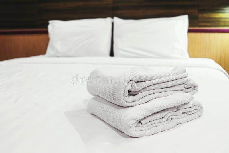 Άσπρες καθαρές πετσέτες στο κρεβάτι στοκ φωτογραφία