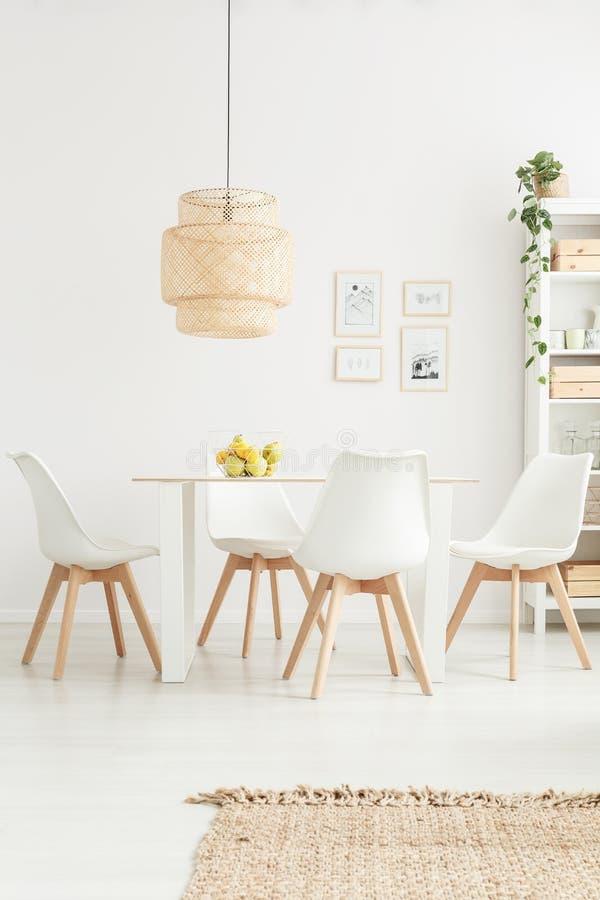 Άσπρες καρέκλες στο φωτεινό δωμάτιο στοκ φωτογραφία