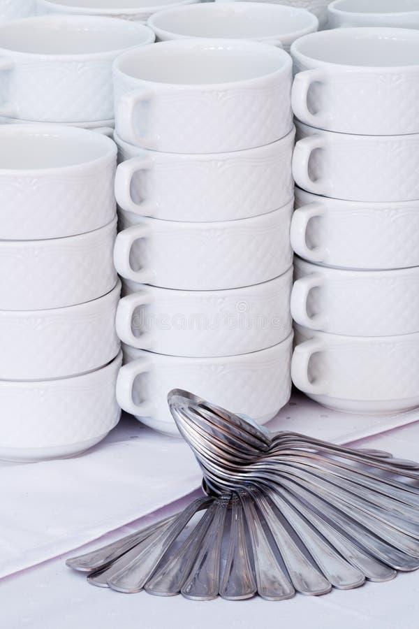 Άσπρες κούπες με τη διακόσμηση κουταλιών στοκ εικόνα
