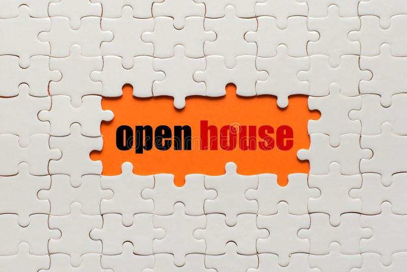 Άσπρες λεπτομέρειες του γρίφου στο πορτοκαλί ανοικτό σπίτι υποβάθρου και λέξης στοκ εικόνες