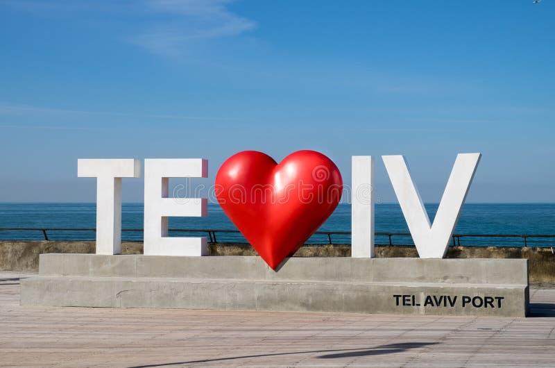 Άσπρες μεγάλες επιστολές «του Τελ Αβίβ αγάπης Ι» στον περίπατο λιμένων του Τελ Αβίβ στοκ εικόνες με δικαίωμα ελεύθερης χρήσης