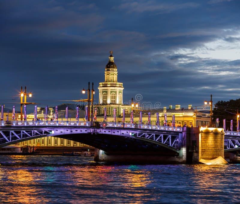 Άσπρες νύχτες σε Άγιο Πετρούπολη: άποψη του ποταμού Neva στοκ εικόνες