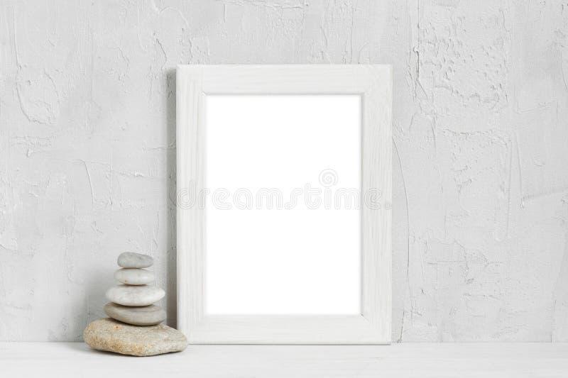 Άσπρες ξύλινες κενές πέτρες πλαισίων και θάλασσας στοκ εικόνες με δικαίωμα ελεύθερης χρήσης