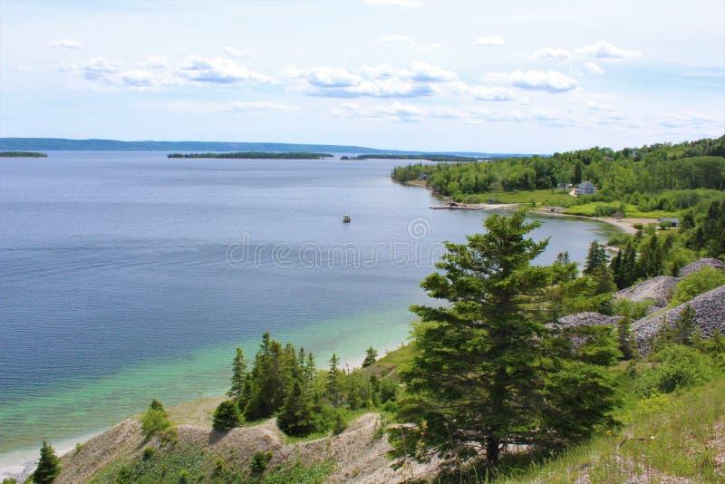 Άσπρες πέτρες και σαφές νερό στην ακτή του μαρμάρινου βουνού στους στηθοδέσμους Δ ` ή των λιμνών στο βρετονικό νησί ακρωτηρίων στοκ εικόνες με δικαίωμα ελεύθερης χρήσης