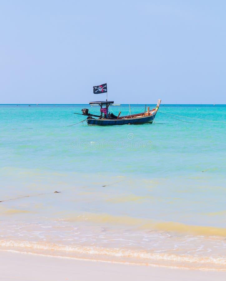 Άσπρες παραλία άμμου και βάρκα πειρατών στοκ φωτογραφίες
