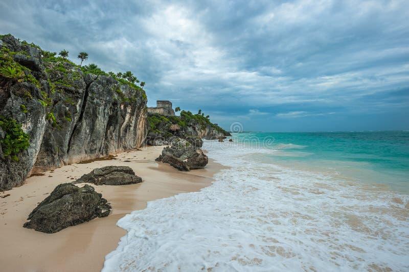 Άσπρες παραλία άμμου και καταστροφές Tulum, Yuacatan, Μεξικό στοκ εικόνες