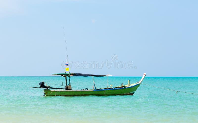 Άσπρες παραλία και βάρκα άμμου στοκ φωτογραφίες με δικαίωμα ελεύθερης χρήσης