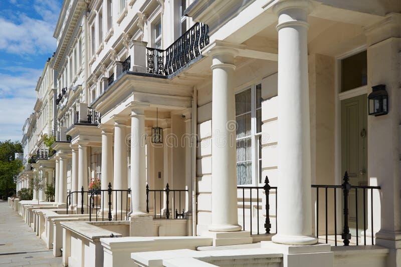 Άσπρες προσόψεις σπιτιών πολυτέλειας στο Λονδίνο στοκ φωτογραφίες