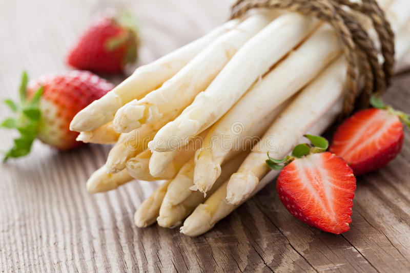 Άσπρες σπαράγγι και φράουλες στοκ εικόνες