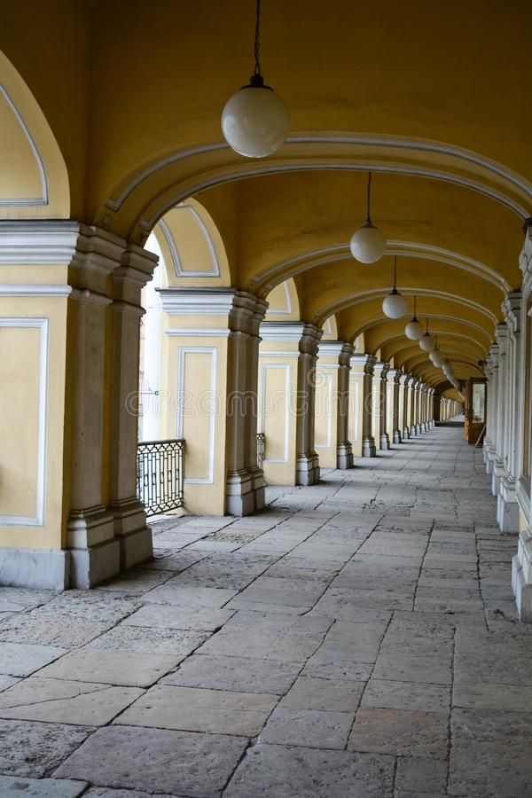 Άσπρες στήλες κατά μήκος της στοάς Gostiny Dvor στοκ εικόνα