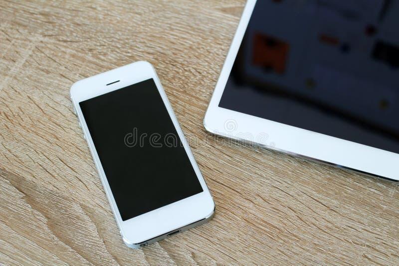 Άσπρες τηλέφωνο και ταμπλέτα αφής με το πληκτρολόγιο στοκ φωτογραφία