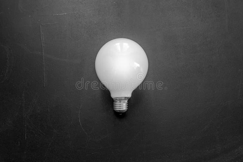 Άσπρη λάμπα φωτός μεταλλινών στο μαύρο τοίχο στοκ φωτογραφία με δικαίωμα ελεύθερης χρήσης