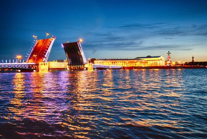 Άσπρη άποψη νύχτας σχετικά με drawbridge τον ποταμό Άγιος-Πετρούπολη Neva στοκ εικόνα