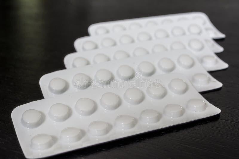 Άσπρη έννοια προτύπων υγειονομικής περίθαλψης ιατρικής φαρμακείων χαπιών φουσκαλών αλουμινίου Άσπρο φάρμακο στον απομονωμένο μαύρ στοκ εικόνες