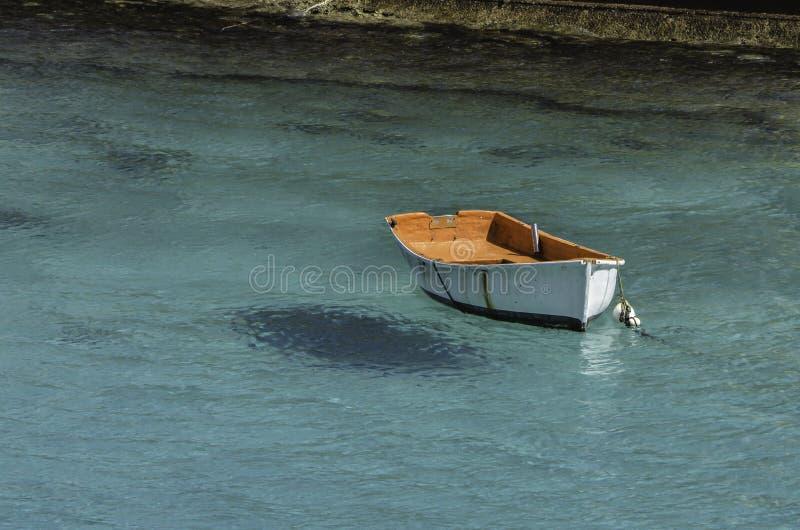 Άσπρη βάρκα στην τυρκουάζ θάλασσα στοκ εικόνα