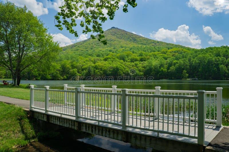 Άσπρη γέφυρα για πεζούς, λίμνη Abbott και αιχμηρό τοπ βουνό στοκ εικόνες με δικαίωμα ελεύθερης χρήσης