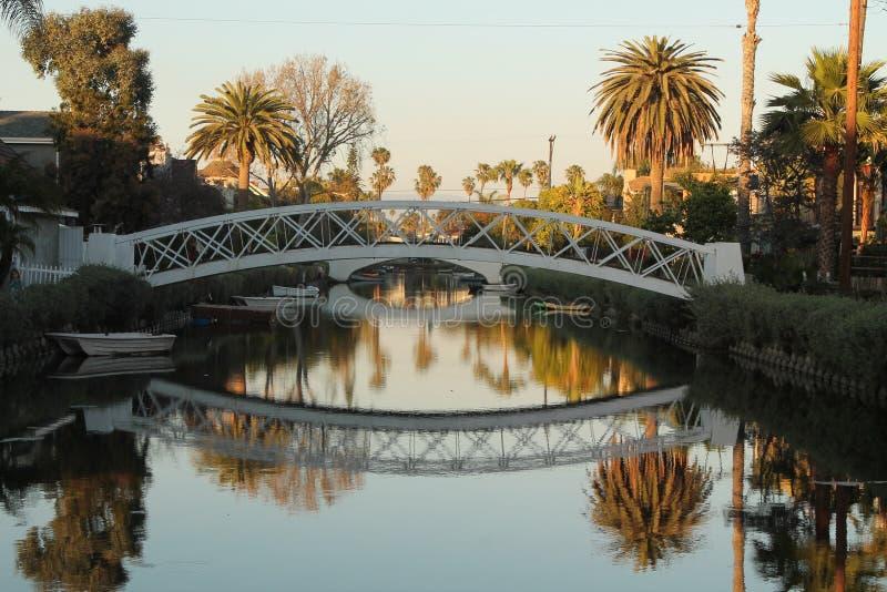 Άσπρη γέφυρα ηλιοβασιλέματος με την αντανάκλαση στον ποταμό στοκ εικόνες