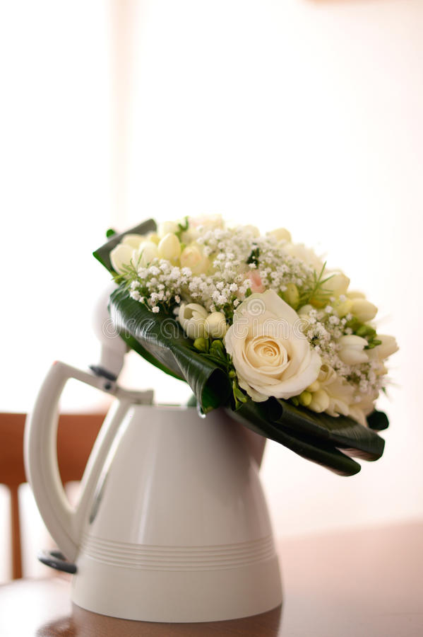 Άσπρη γαμήλια ανθοδέσμη σε ένα βάζο στοκ εικόνες