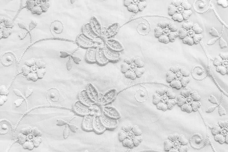 Άσπρη δαντέλλα με τα μικρά λουλούδια Κανένα οποιοδήποτε εμπορικό σήμα ή δεν περιορίζει το θέμα σε αυτήν την φωτογραφία στοκ εικόνα