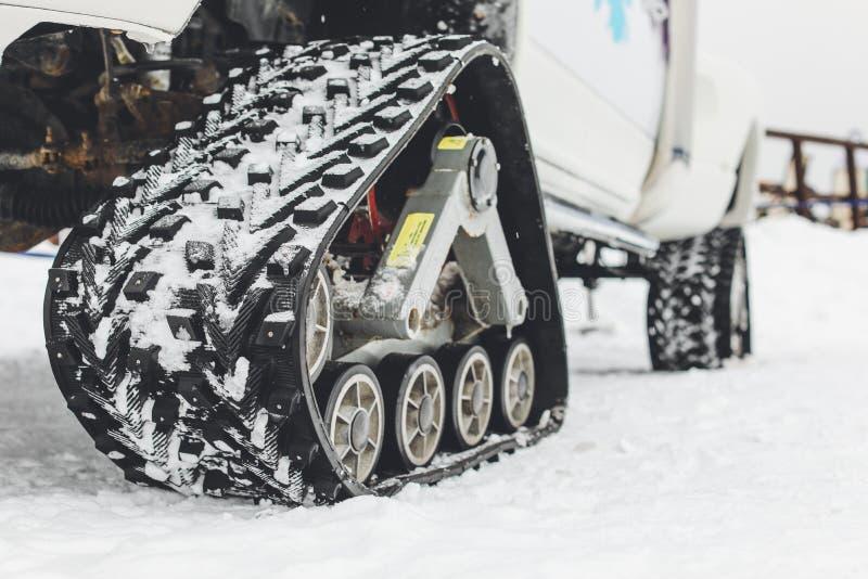 Άσπρη διαδρομή οχήματος για το χιόνι στο χιόνι στο βουνό στοκ φωτογραφία με δικαίωμα ελεύθερης χρήσης
