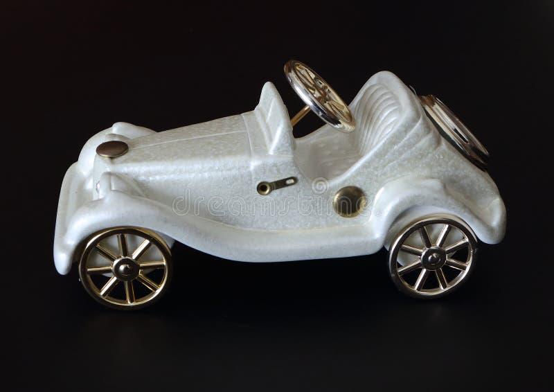 Άσπρη διακόσμηση αυτοκινήτων παιχνιδιών στο σκοτεινό υπόβαθρο στοκ εικόνα με δικαίωμα ελεύθερης χρήσης