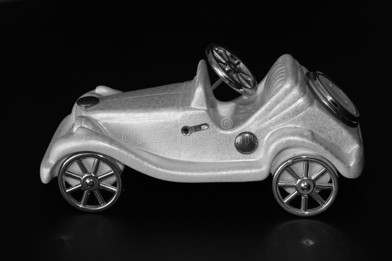 Άσπρη διακόσμηση αυτοκινήτων παιχνιδιών στο σκοτεινό υπόβαθρο στοκ φωτογραφία με δικαίωμα ελεύθερης χρήσης