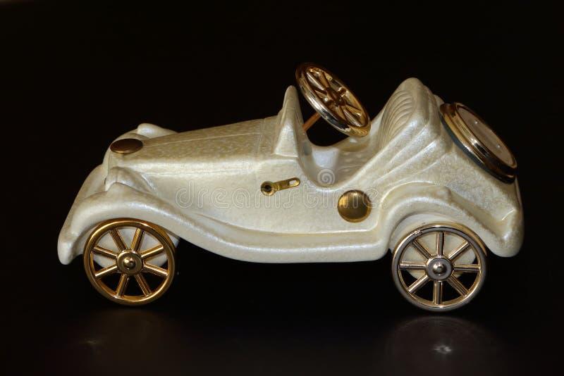 Άσπρη διακόσμηση αυτοκινήτων παιχνιδιών στο σκοτεινό υπόβαθρο στοκ φωτογραφία