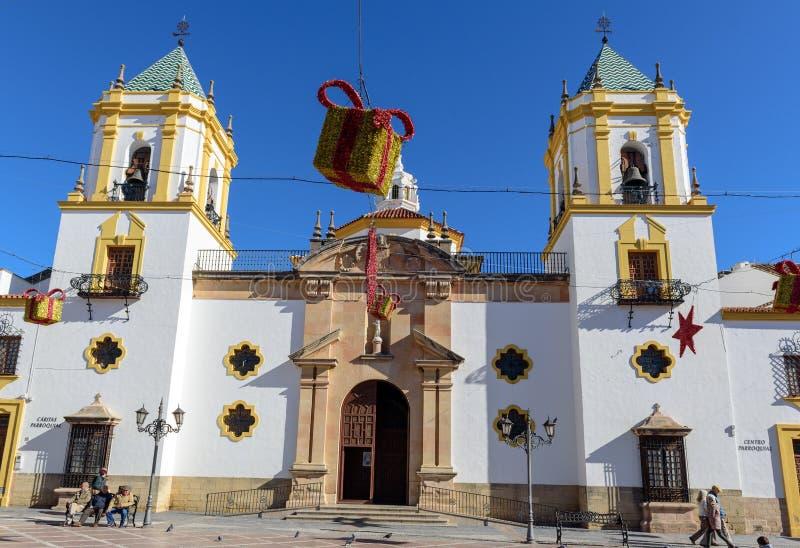 Άσπρη εκκλησία της πόλης της Ronda που διακοσμείται με τα παιχνίδια Χριστουγέννων στοκ φωτογραφίες με δικαίωμα ελεύθερης χρήσης