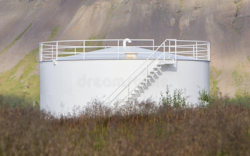 Άσπρη δεξαμενή αποθήκευσης αερίου στοκ φωτογραφίες