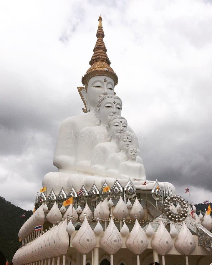 Άσπρη επικάλυψη Βούδας στοκ φωτογραφία
