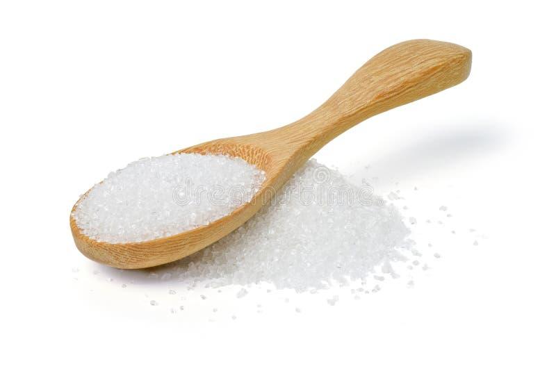 Άσπρη ζάχαρη στο ξύλινο κουτάλι στο άσπρο υπόβαθρο στοκ φωτογραφίες